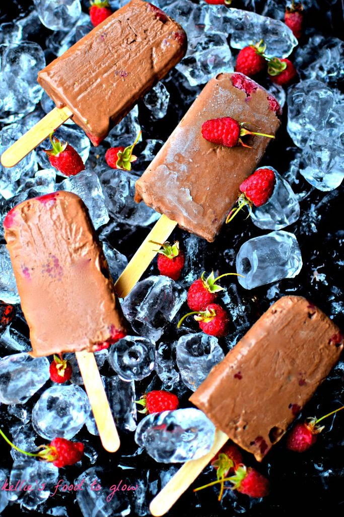 Cool down and treat yourself with these healthy chocolate raspberry fudgsicles, made with Greel yogurt and a special, super healthy ingredient.