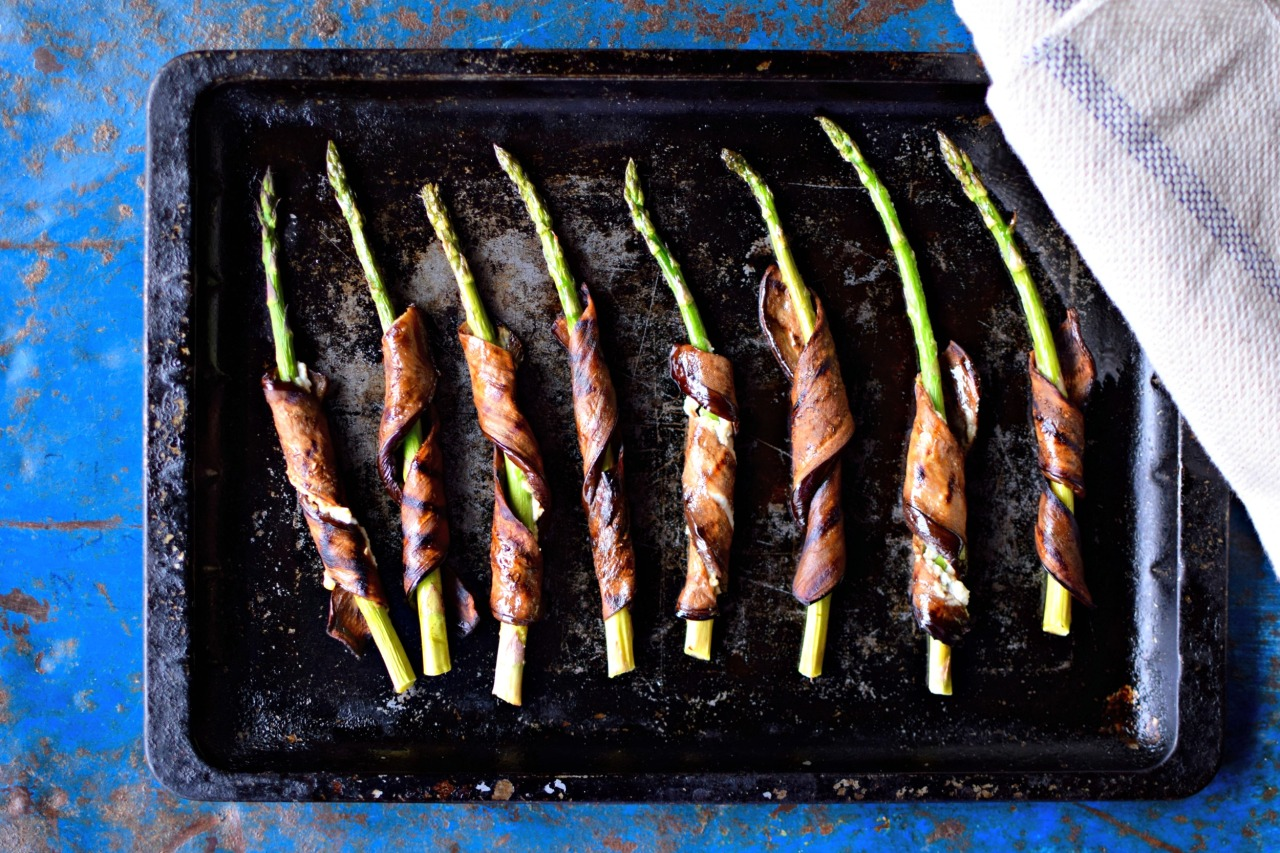 Yes, you read right: vegan smoky bacon-wrapped asparagus. This whole food ingredient recipe is easy to make, nutritious and great for a light lunch or a snazzy starter. It's